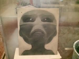 Foto alien mecanizada en madera