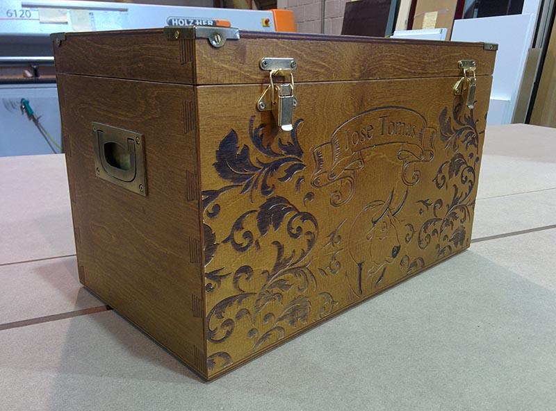 Caja de madera tallada para José Tomás