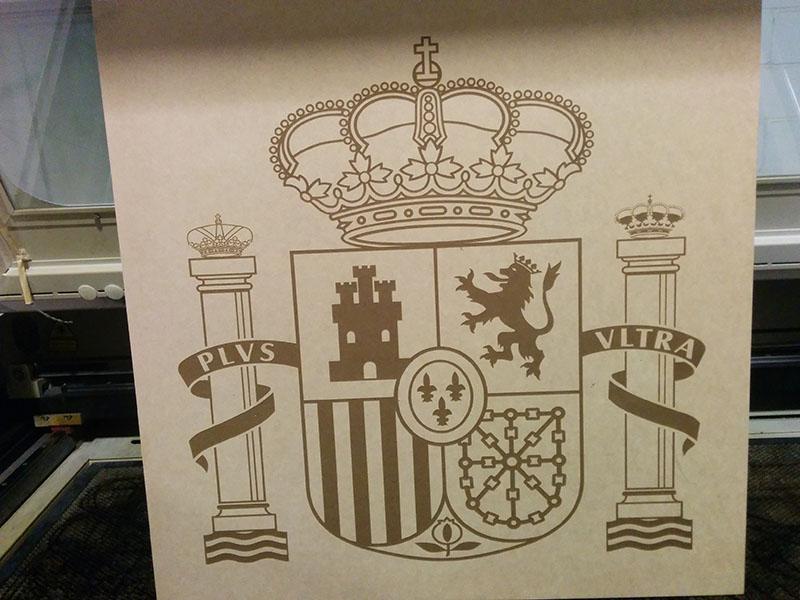 Escudo de España grabado en madera